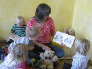 Den Kindern im Rittersporn-Nest wird vorgelesen.